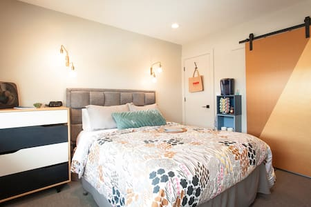Studio B: stylish comfort, no cleaning fee