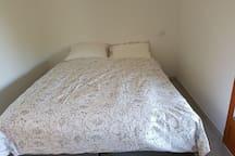 La seconde chambre avec un lit de 160*200 donnant sur une grande terrasse de 3*8 m.