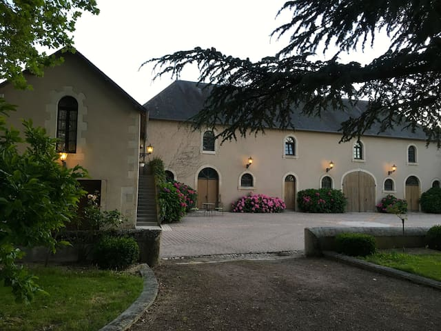 Groom's Cottage Apartment at Chateau L'Hubertiere - Bouresse - Apartamento
