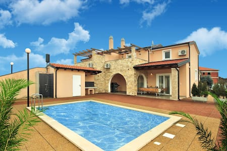New listing! Exquisite villa with large-sized pool - Kaštel - Dům