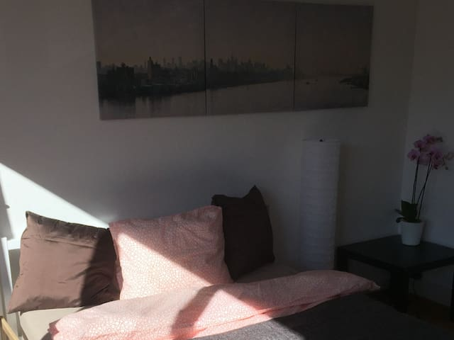 3 Bus stops from Zurich Airport, comfy room. - Kloten