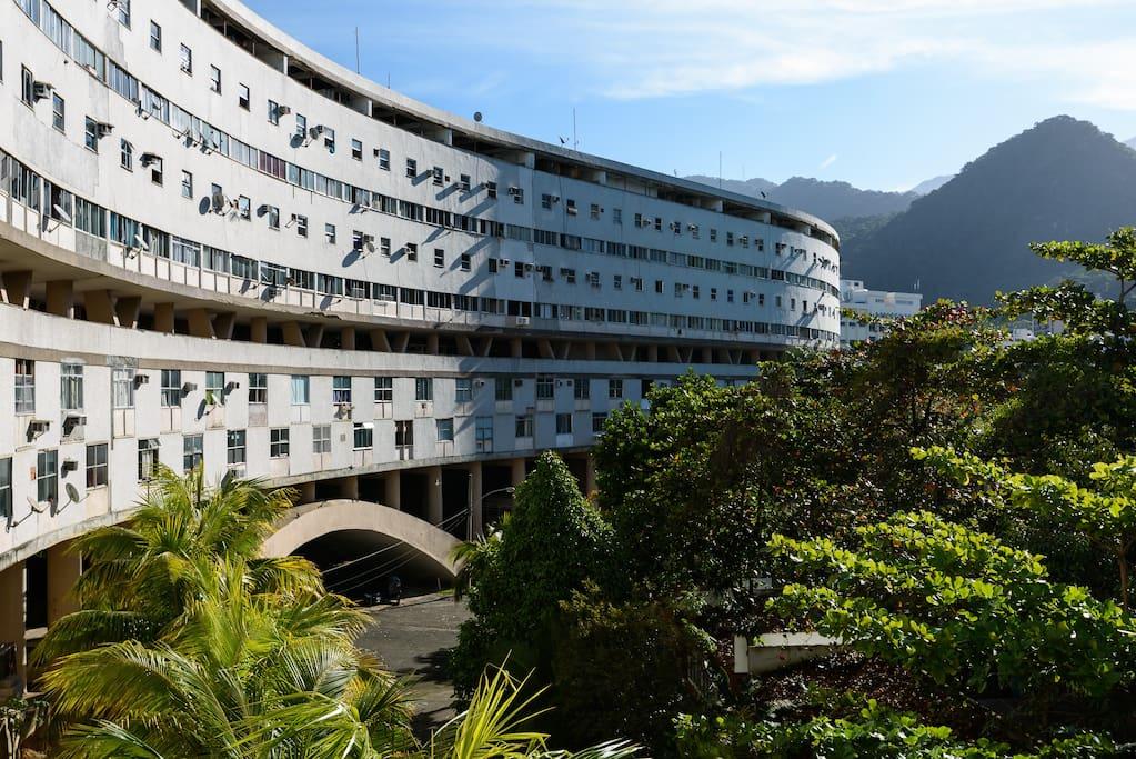 O Famoso Minhocão da Gávea, prédio de época, projeto de arquitetura ousado. Hoje lar de muitos universitários da PUC e moradores locais da Gávea e do Leblon.