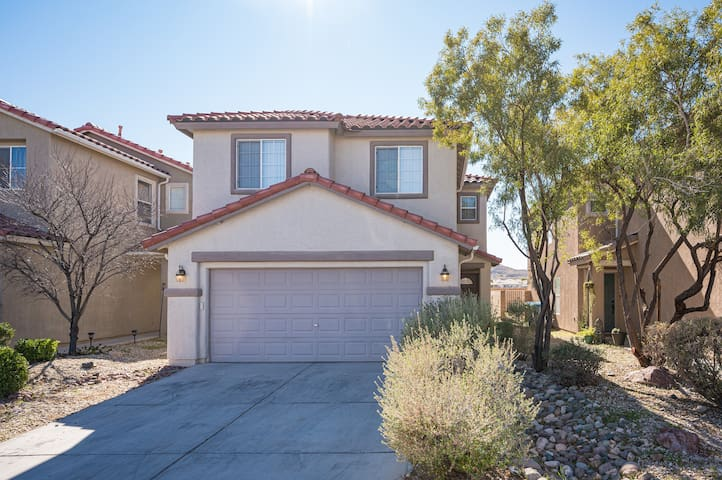 3bd/3ba, cozy, secure home 12 min to strip-airport