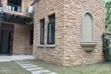 一楼花园里的卧室外墙