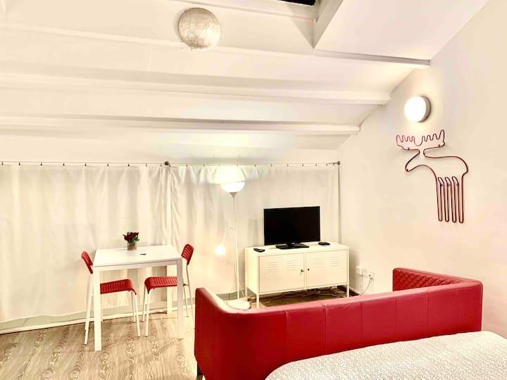 CS S7 Central loft studio, private bath & kitchen