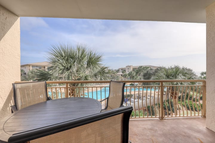 Airy oasis on the gulf w/ lazy river, tennis courts, and beach access!