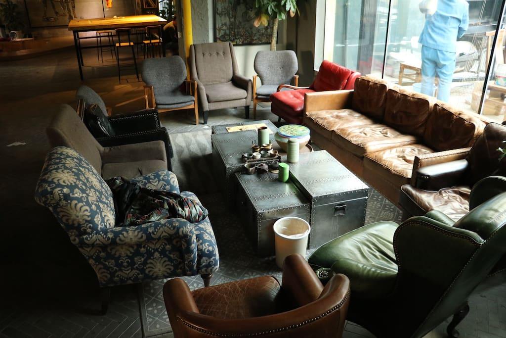 公寓大客厅 可以闲聊 可以办公 中午的时候阳光正好打进来 很温暖 公寓里住的人都很高素质 没准儿你可以遇到志同道合的朋友