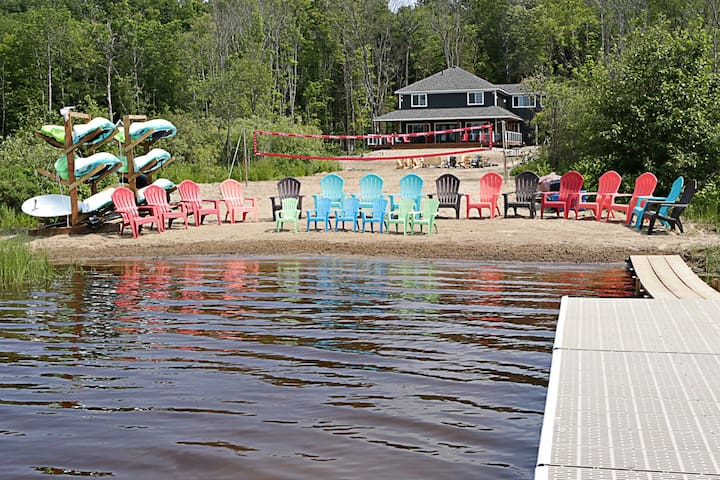 Muskoka Cottage ★ Lakefront ★ 3700 sq ft ★