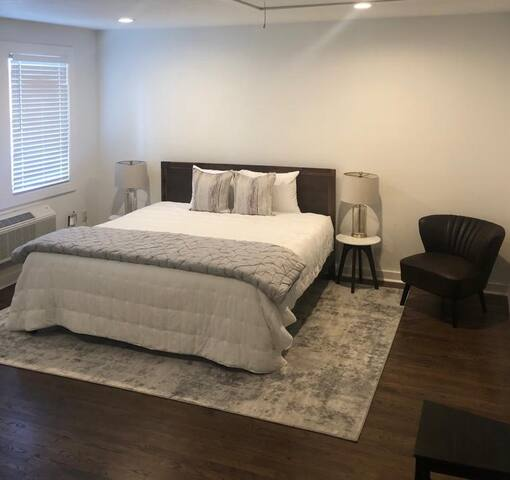 Stylish Studio B! Walk to LSU&Lakes full kitchen