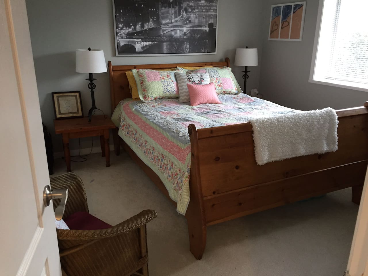 Queen bed, bright natural light. Desk and chair for a working space as well.Small tv with cable included.This room has the en suite bathroom attached.