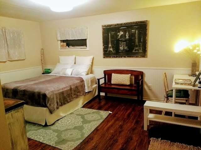 Quaint Guest suite w/Kitchenette 15min from Prov.