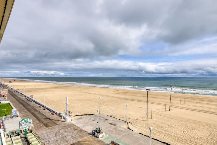 Oceanfront, top floor condo w/elevator access, outdoor dining & private balcony