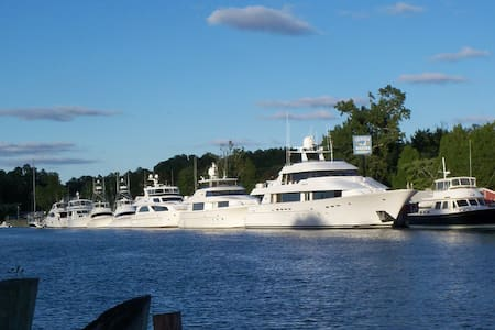 Captain's 1/4's -on Intracoastal Waterway + Marina