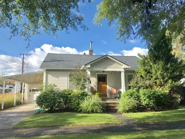Charming 1930's Cottage With Prime Location