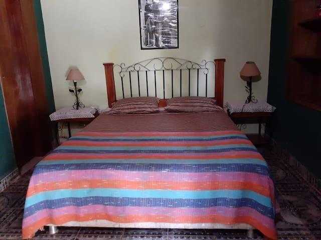 Habitación con cama matrimonial y una cama individual