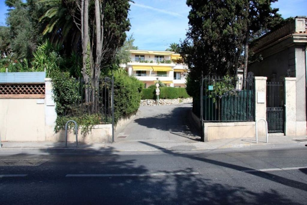Vista Palazzina dall'ingresso del Parc Eléonore
