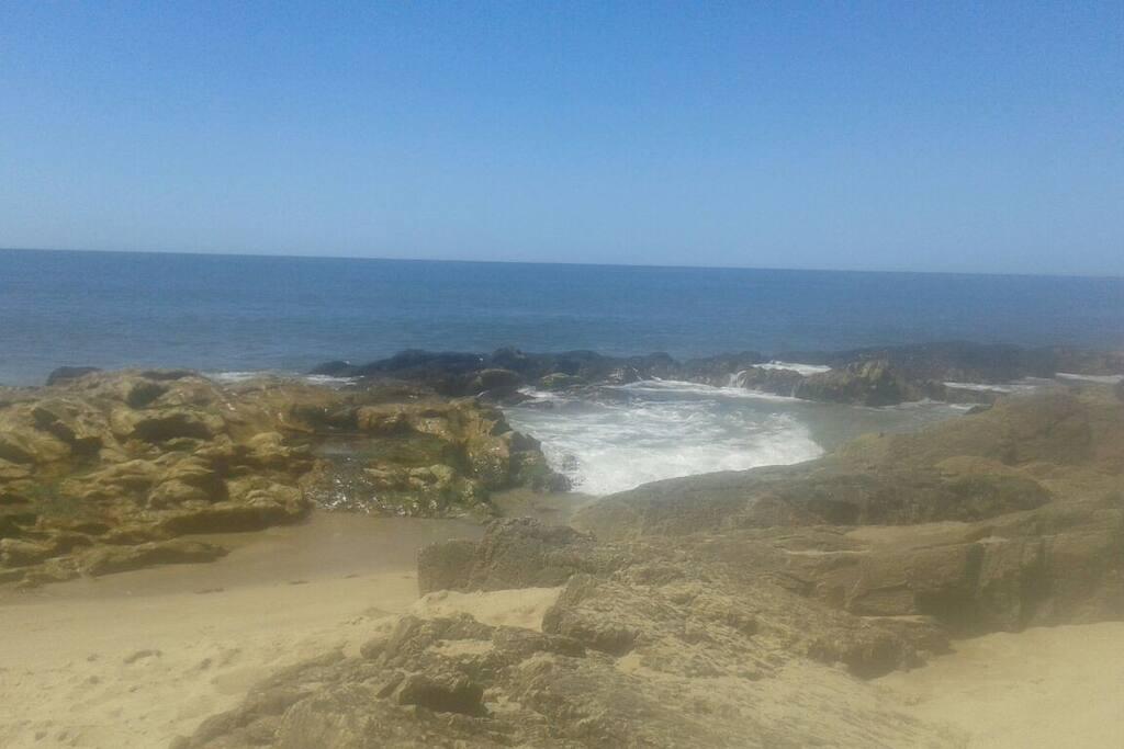 nuestra playa.a seis cuadras.con piscinas naturales que se forman en las rocas.Punta Piedras.