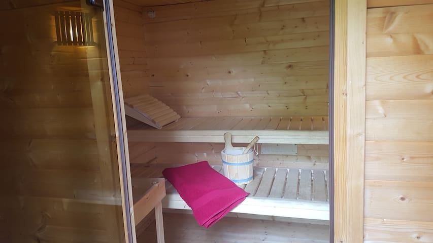Room in house w sauna, parking, garden + pool*
