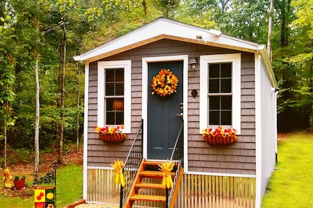 "Entire Place: ""Fall"" Tiny House at the Battlefield"