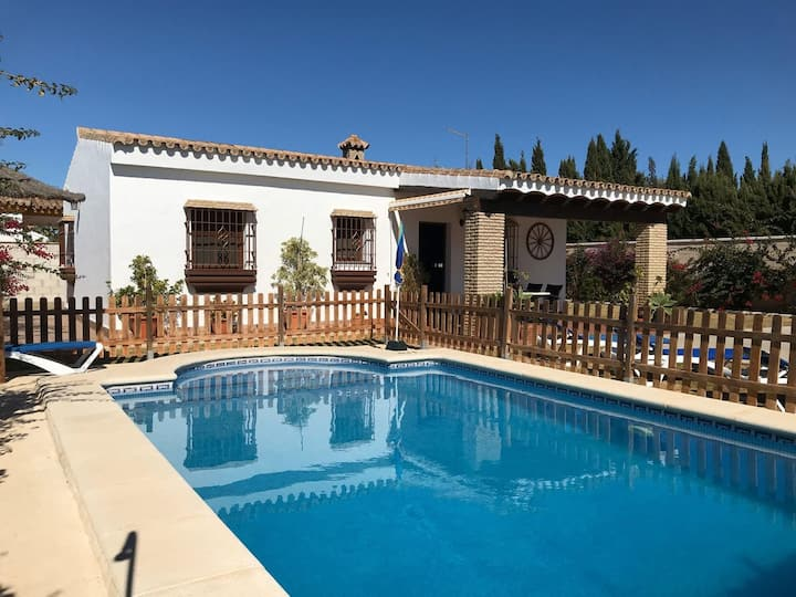 Family friendly, 2-bedroom holiday villa with private pool in Roche Viejo