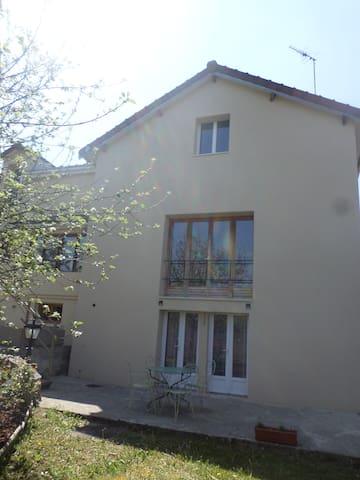 Logement indépendant avec 2 chambres dans maison