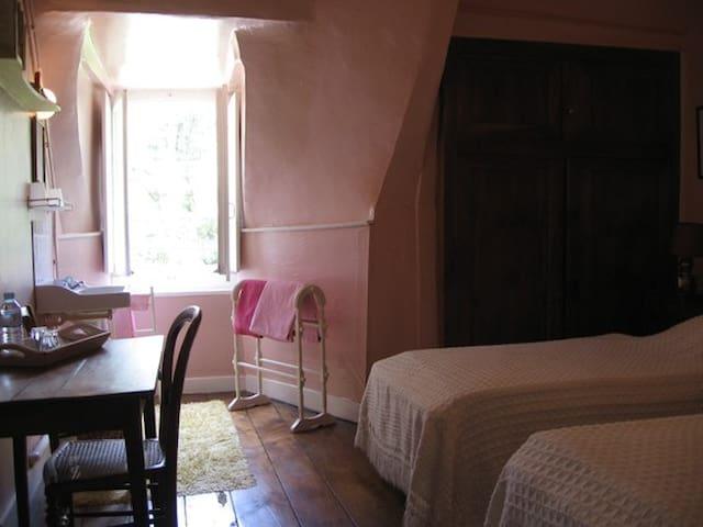 Chambre ROSE: 2 lits simples,un lavabo,attenante à la BREM.
