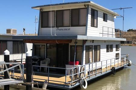 Houseboat Accomodation in Mannum Marina