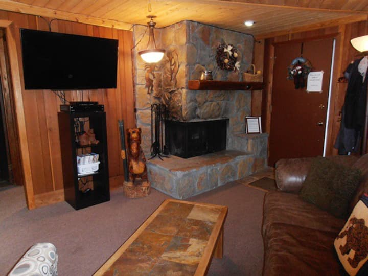 Close to Slopes and Ski Shuttle; Gas Fireplace! Redwood Commons A6