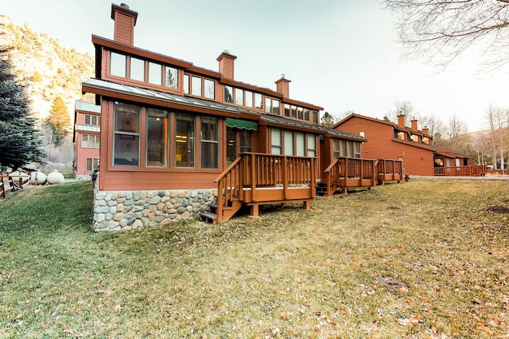 Newly upgraded alpine getaway with sunny-sitting area and stunning location!