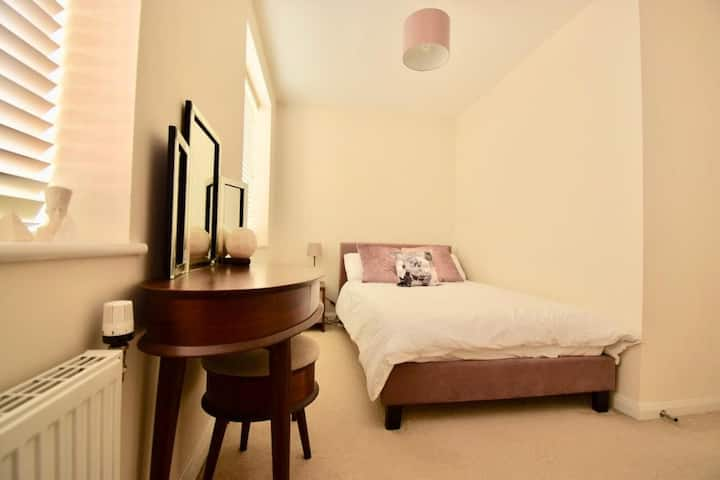 Double room in 3 bed town house Near Manc Uni