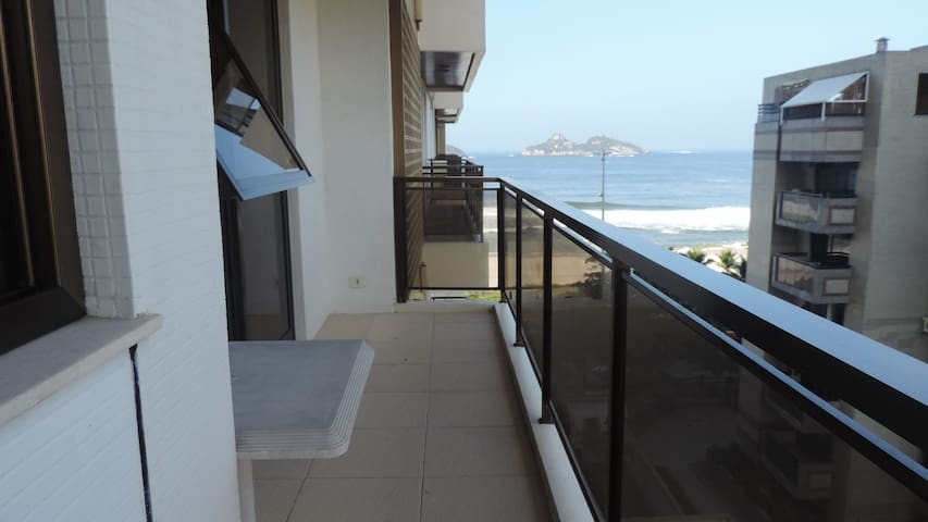 Complete flat  in front of the sea!