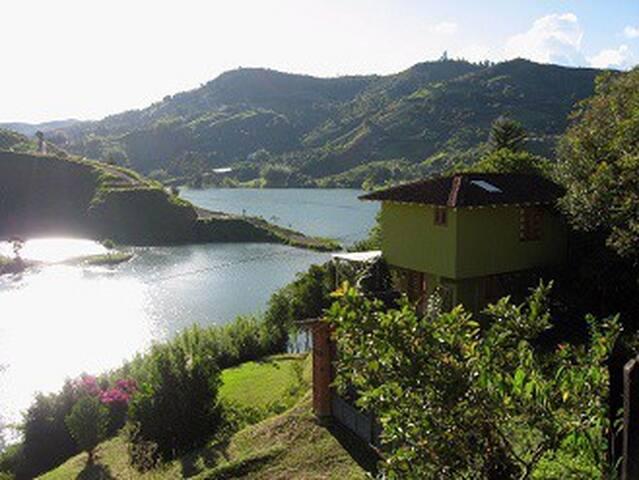 Hermosa casa campestre en la represa de El Peñol