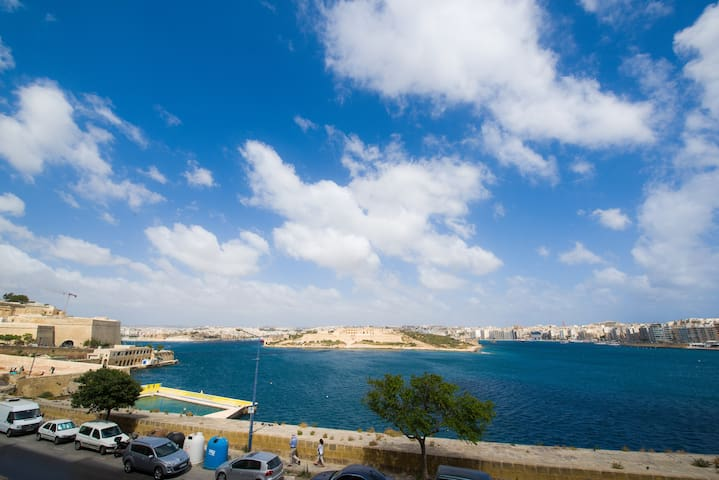 Lovely Duplex Apartment with Views - Valletta - Apartment