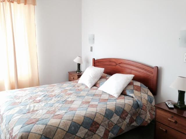 Dormitorio cama matrimonial, vista al mar