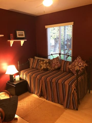 A cozy, clean, private room in So. Redwood City - Redwood City - House