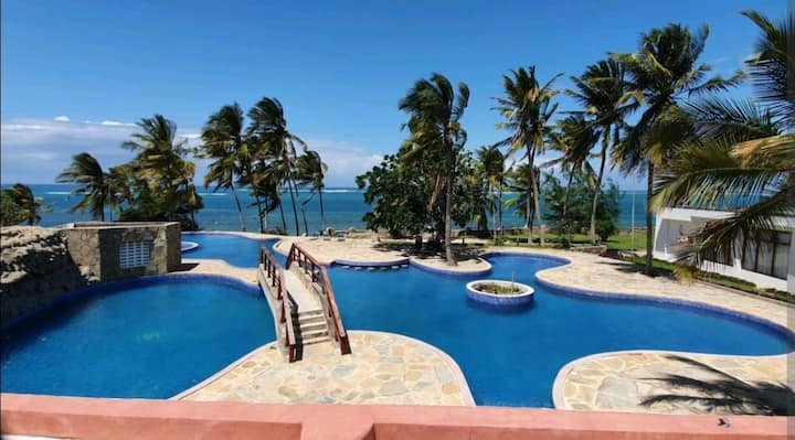 BEACHFRONT ENSUITE ROOM IN SHANZU WITH AC+SWIMMING