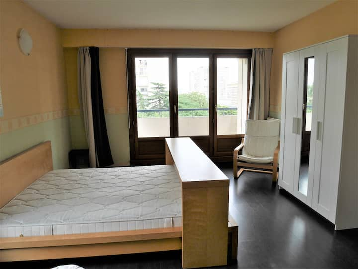 Grande chambre avec balcon dans colocation.