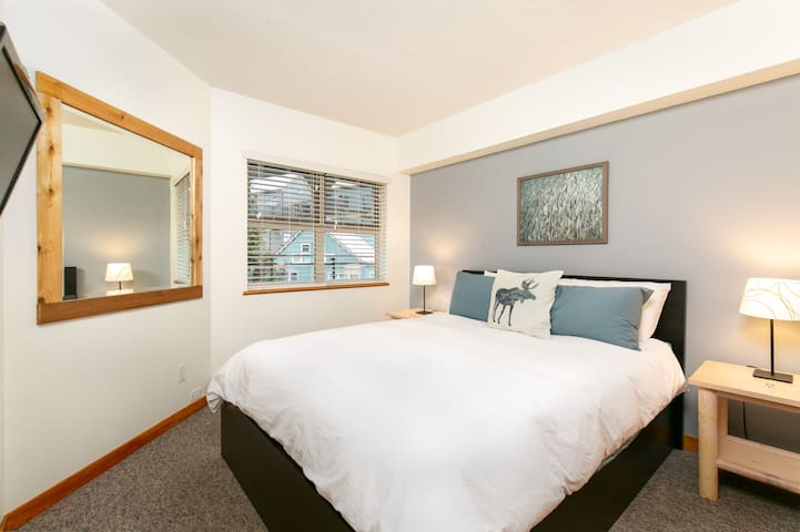 Ski in/out stylish condo - pool,hot tub, free parking - Creekside Whistler