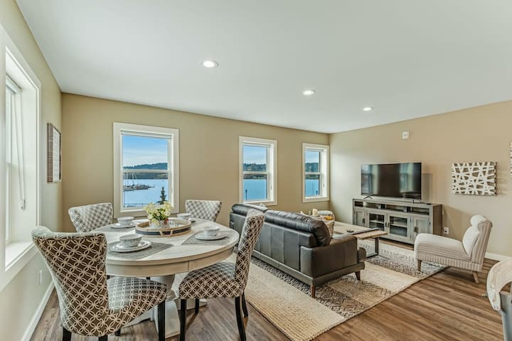 Charming Liberty Bay condo with bay views, high-speed WiFi, & washer/dryer