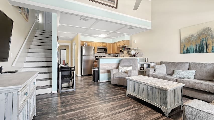 Chic LOFT ~ Close to Beach Access and so close to Pier Park shopping & dining