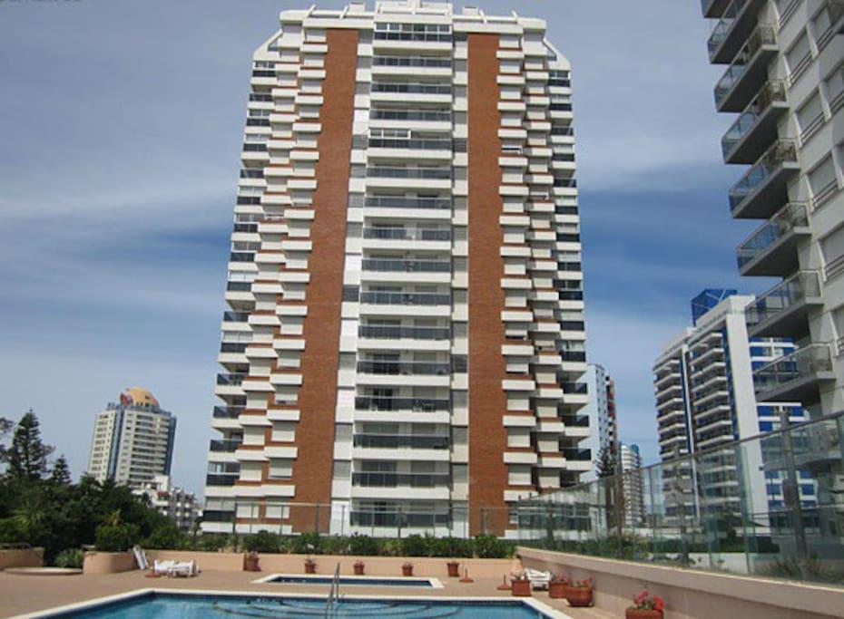 FACHADA EDIFICIO Long Beach (vista piscina)