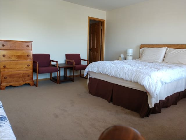 Rm #1: En-Suite Ba, Queen & single Bed - Near I-94