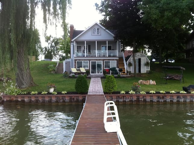 Lakefront home with all amenities & beautiful view - Manitou Beach-Devils Lake
