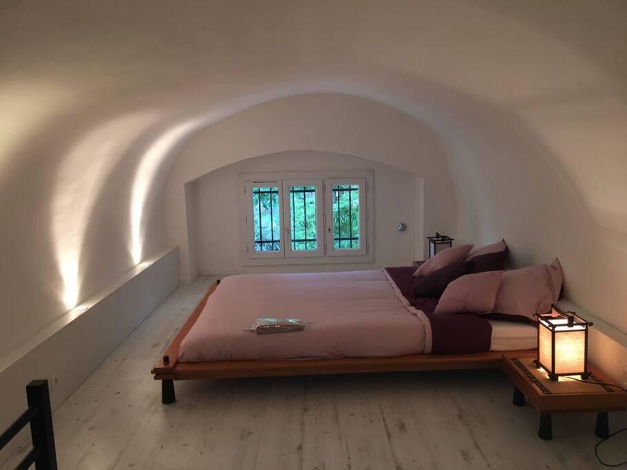 Première chambre sous voutes, très spacieuse et vue dégagée sur la rivière