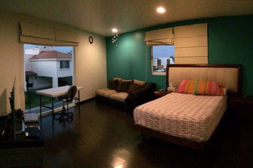 Habitación 1  Cama matrimonial y sofá.  Espacio para una cama matrimonial inflable