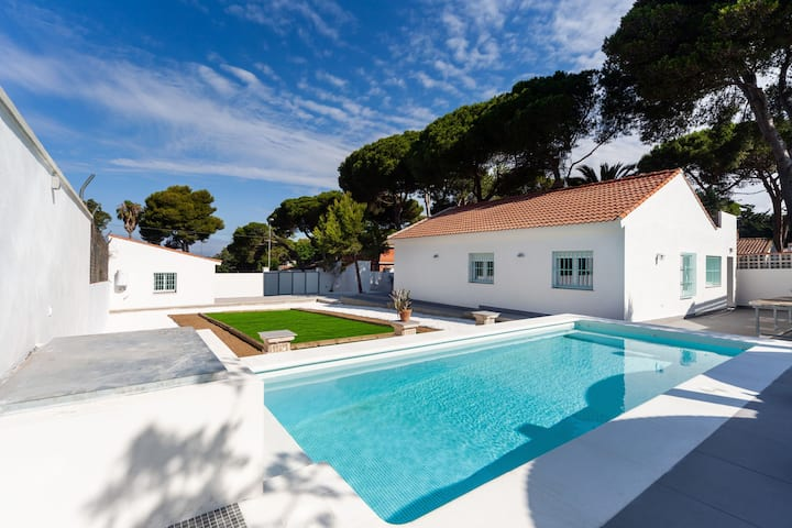 Modern chalet with private pool and near the beach - La Morriña