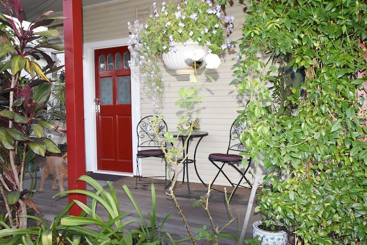 Dog friendly Self contained  private garden studio