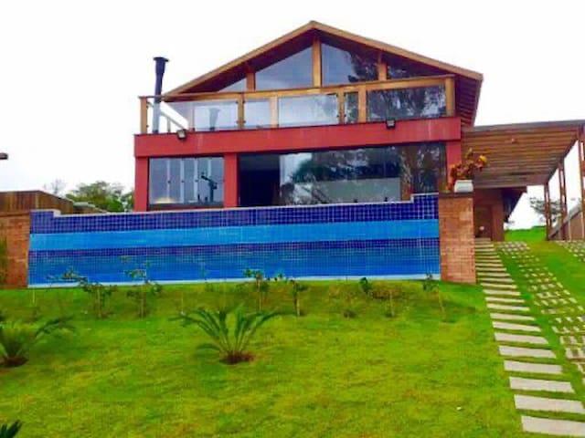 Casa de campo com spa e piscina frente para o lago