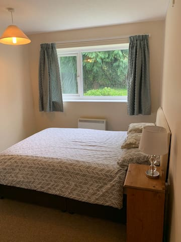 Two bed flat, 5-10 min walk from beach  + parking