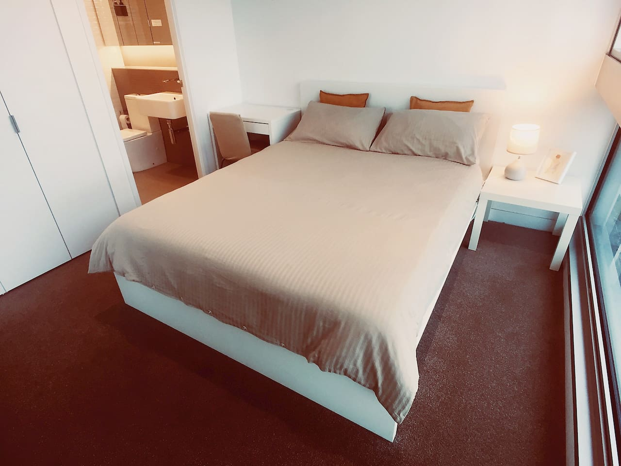 The bedroom has an en-suite bathroom.The mattress is very soft and comfortable.There are an electric blanket and a wool quilt on the bed, so it is warm in winter.